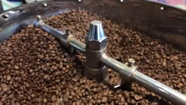 Nahaufnahme von frisch gerösteten Kaffeebohnen, die sich abkühlen