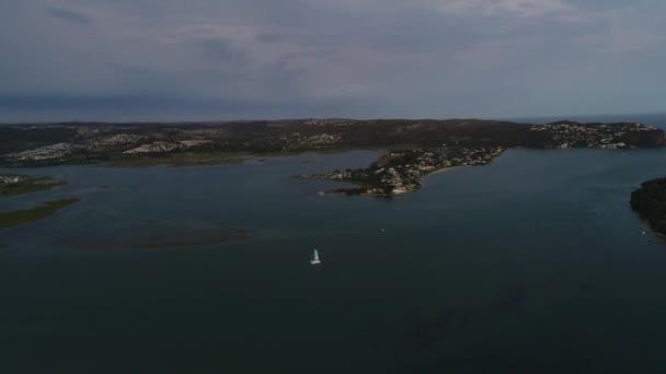 a légi felvétel a fehér hajó vezetni a kék tenger vizében napnyugta időpontja