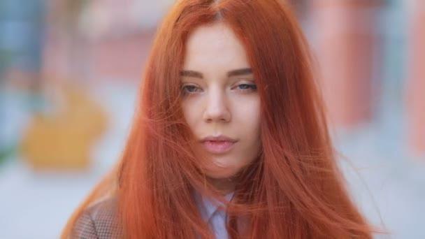 žena s mdlý vzhled a zelené oči