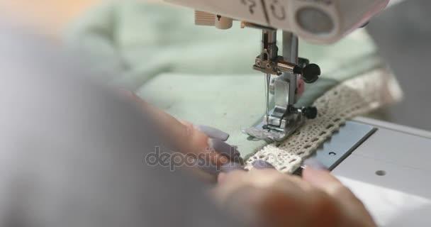 žena Klikyháky na šicí stroj