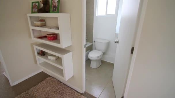 Interiér koupelny v domě