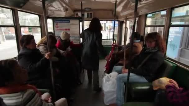 Přeplněný autobus interiér