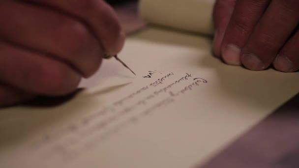 muž psaní kaligrafie s perem ve starém stylu