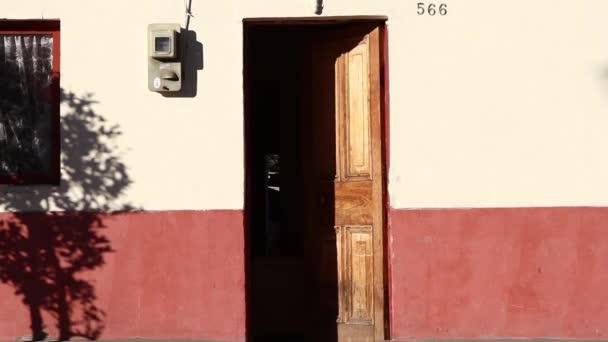 Vstup a výstup dveře domu země