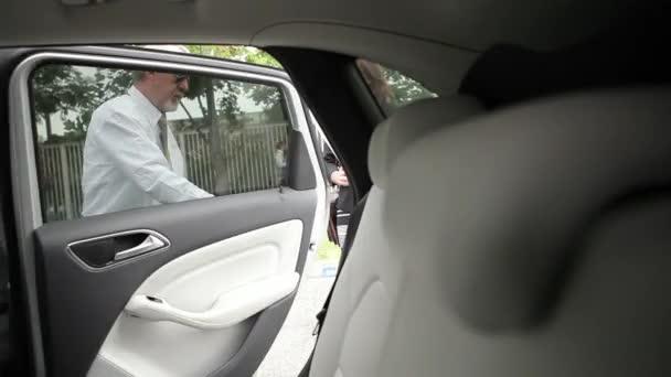 Frau steigt in Auto
