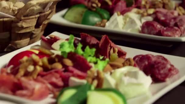 smíšené ořechy, salámy a sýry