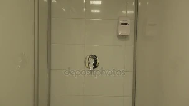 Sprchy v prázdné šatně
