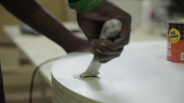 muž použití sádrokartonu složené na povrchu