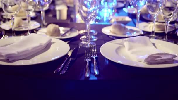 elegantně servírované stolní
