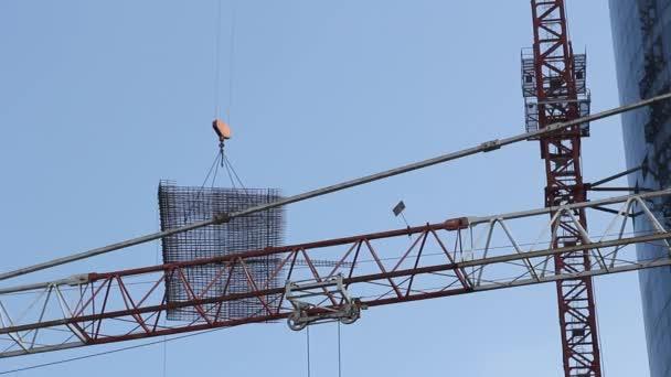 ein Metallgestell wird über eine Baustelle getragen