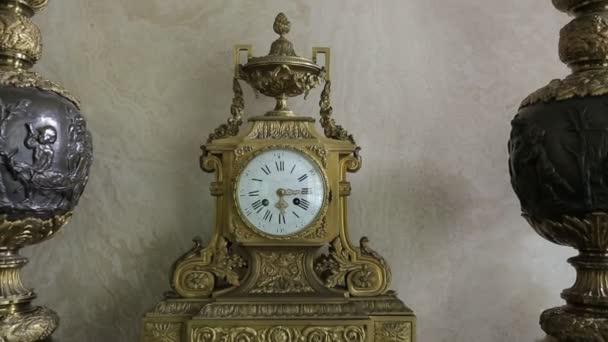 Vecchio orologio sul mantelpiece