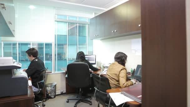 Lidé pracující na počítačích
