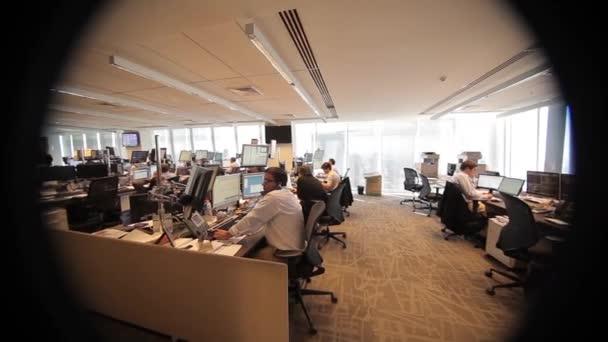 Lavoro In Ufficio Vignette : Ufficio attraverso un apertura di vignette u video stock
