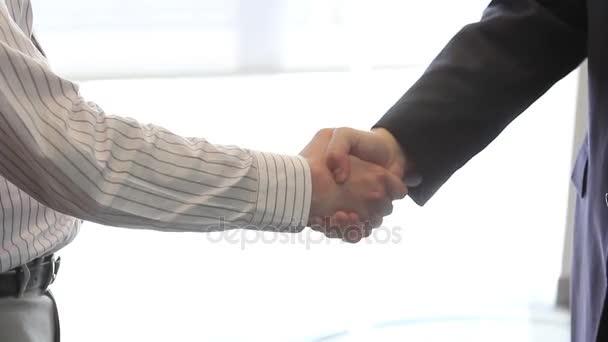dva muži v handshake