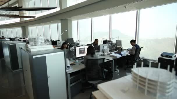 Lidé pracující v kanceláři