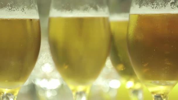 Zblízka pivních sklenic