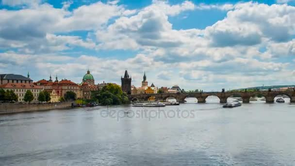 Obrovský provoz na řece Vltavě v Praze