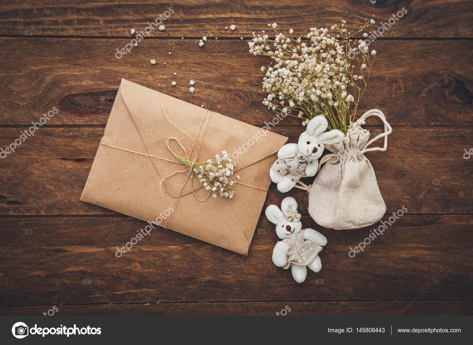 66a557fdd8 Esküvői Meghívók Kézműves Borítékok Fából Készült Háttér Felülnézete ...