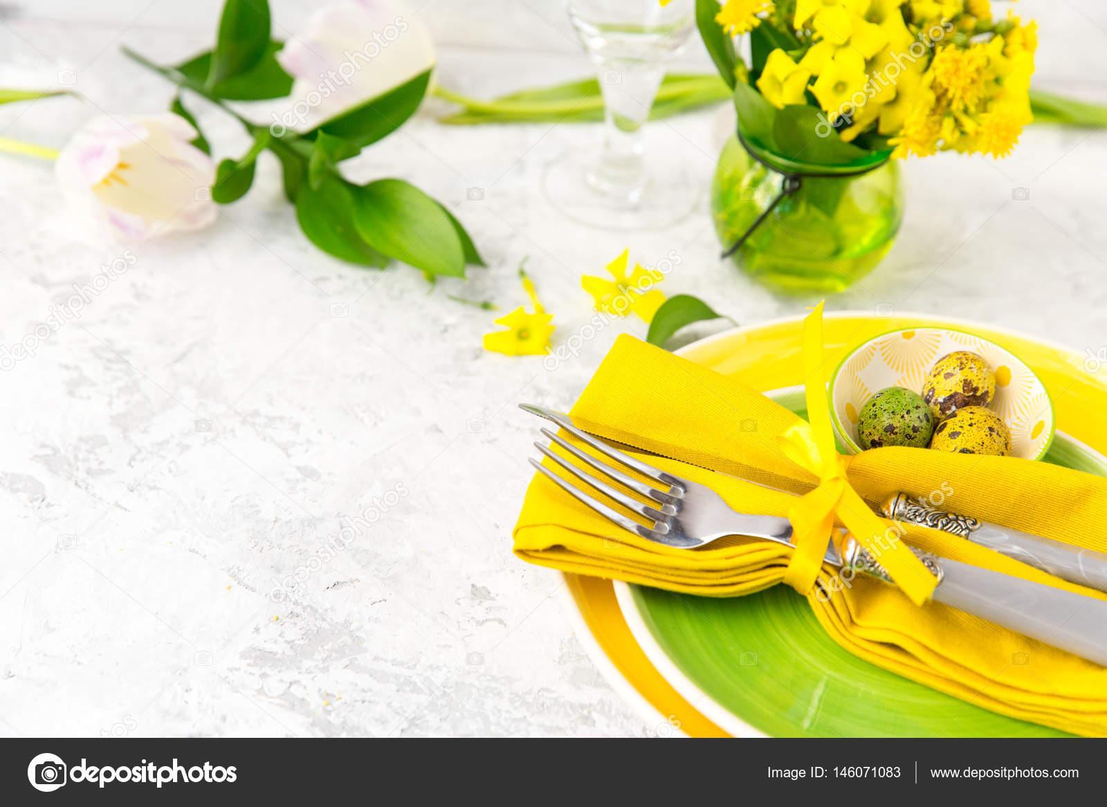 Festliche Tischdekoration Und Dekoration Mit Frischen Blumen In Grun