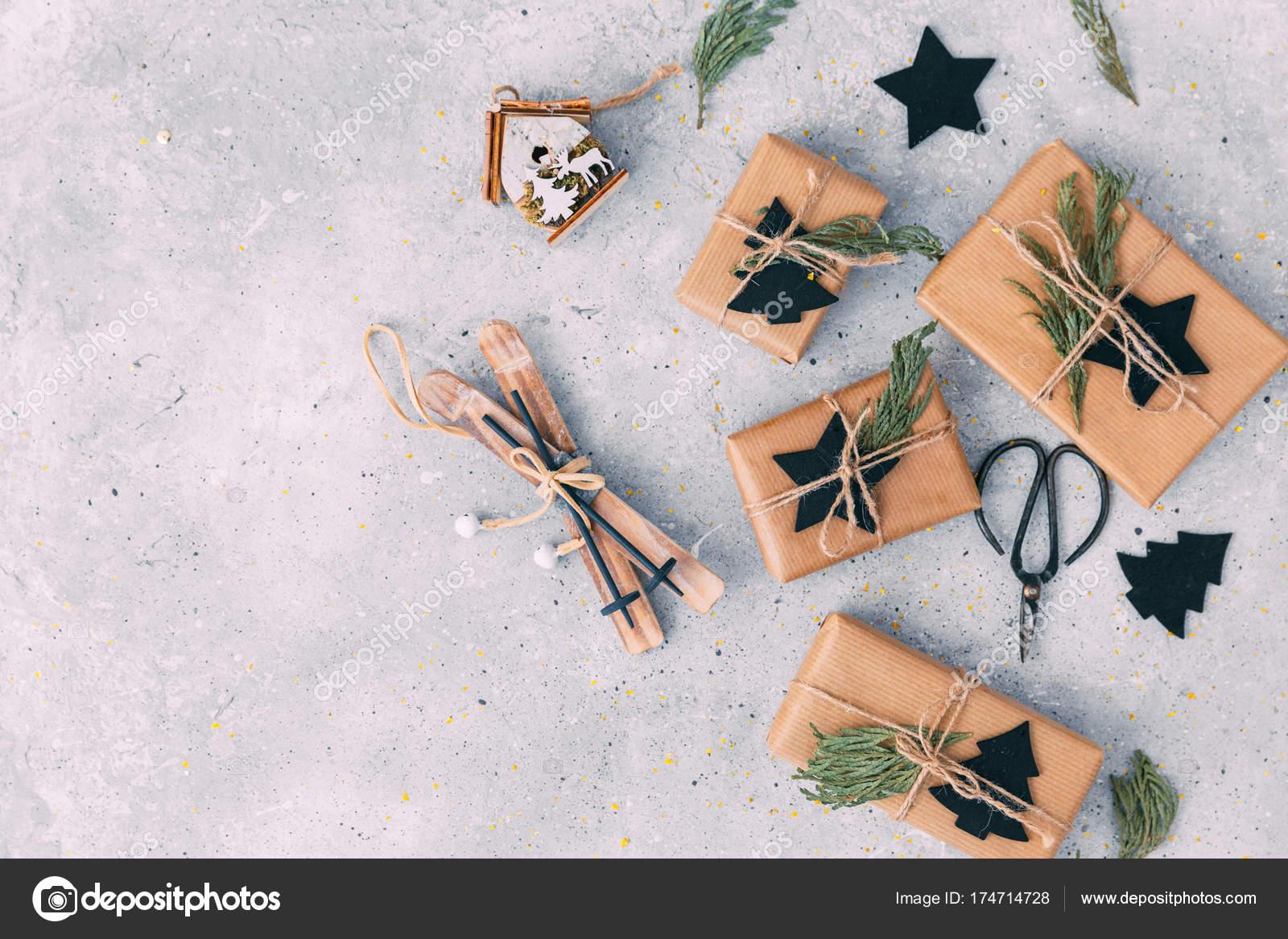 Hausgemachte Weihnachtsgeschenk in Kraftpapier. Freiraum für Text ...
