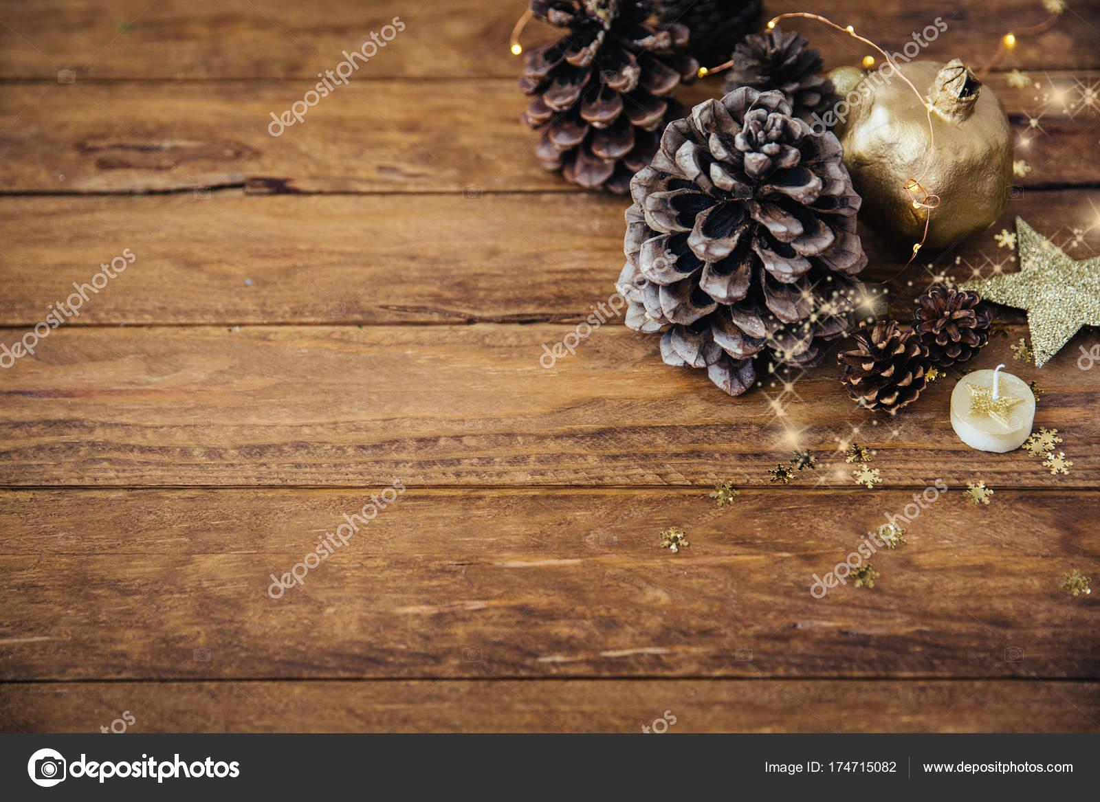 Feestdagen Natuurlijke Kerstdecoratie : Natuurlijke kerstversiering over houten achtergrond u2014 stockfoto