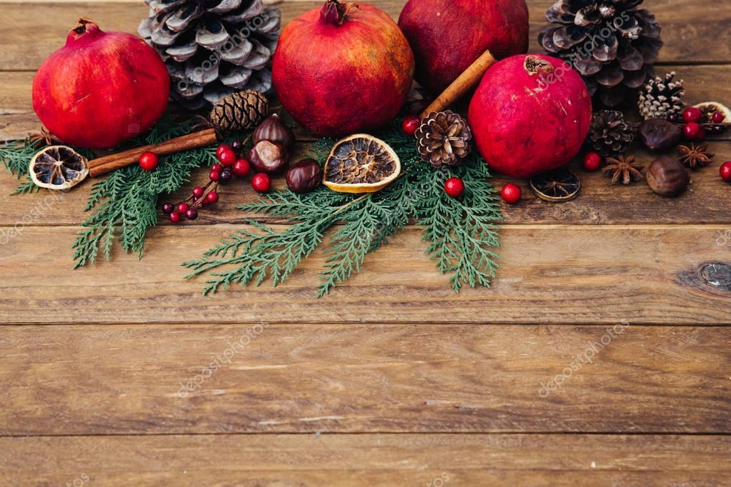 Feestdagen Natuurlijke Kerstdecoratie : Natuurlijke kerstversiering over houten achtergrond u stockfoto