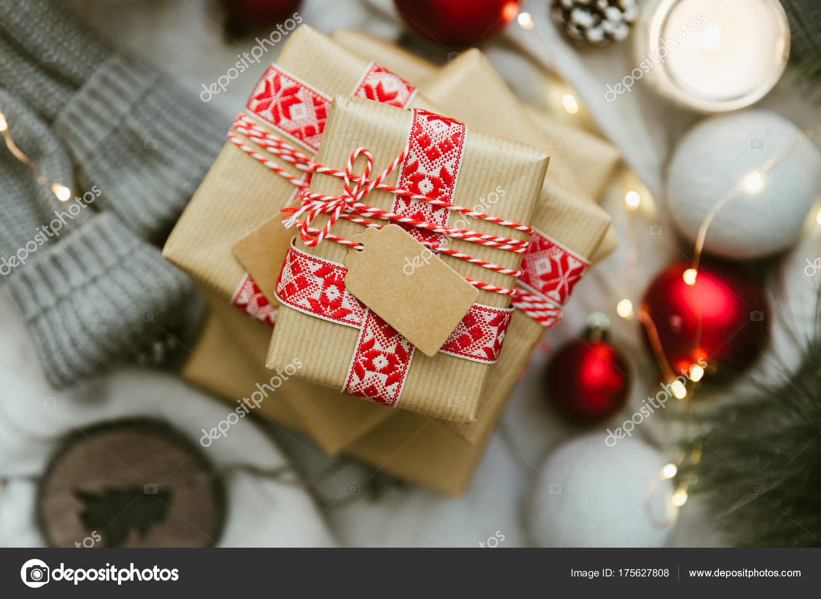 Weihnachtsgeschenk Mit Dekorationen Stillleben Mit Hausgemachten ...