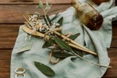 Fényképek Esküvői dekorációk, arany evőeszközök