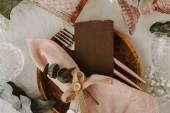 Svatební stůl výzdoba s růžovou lněný ubrousek. Rustikální styl. Pohled shora, Shabby Chic dekorace