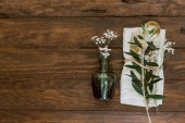 Photo Flat lay Gold vintage silverware, linen napkin, olive brunch and wedding decorations. Trendy rustic table arrangement