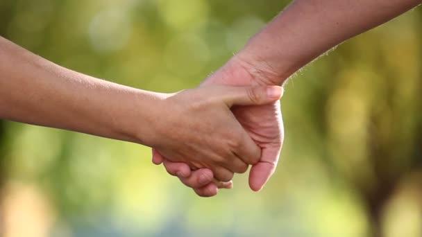 Két kéz összekötése a blur-bakground