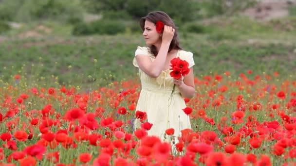 Happy krásná žena v květu pole uspořádat máku květina ve vlasech, usmíval se