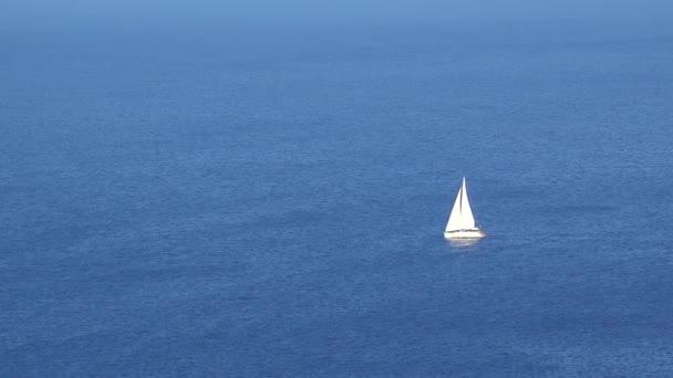 Tökéletes nyaralás, vitorlázás a végtelen türkiz tengertől 4k fehér hajó cruise