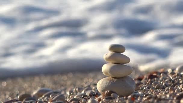 Tengeri hullámzás felborulhat a kis kő piramis strandtól, destroin építése, 4k