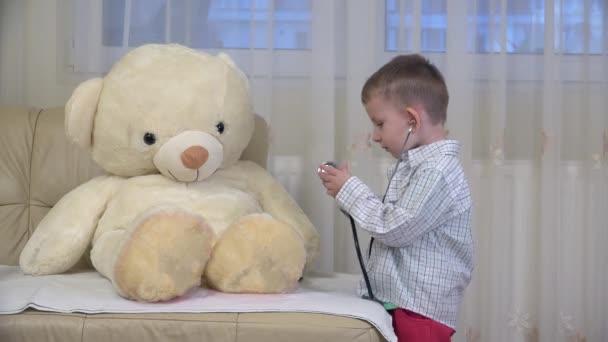 Malé dítě lékař konzultační medvídek hračky, líbání