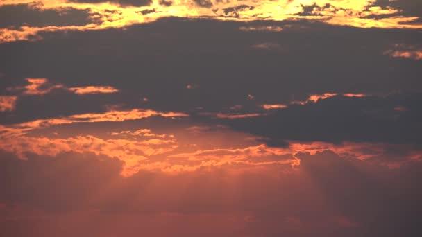 Sluneční paprsky, barevné světlo procházející slunce mraky, rychlý pohyb timelapse nádherné přírodní scenérie