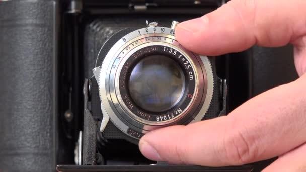 Hand des Menschen passt Foto-Kamera-Objektiv, Vorbereitung für die Aufnahme