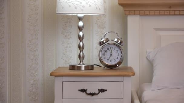 Uhr Und Nachtlicht Auf Nachttisch Hand Nehmen Uhr Vintage