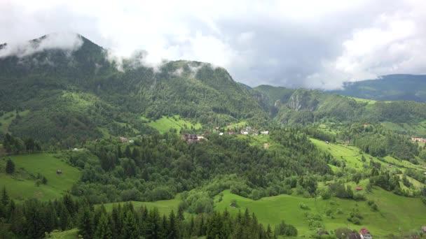 Zelená jarní příroda, Les, hory a stoupající mraky