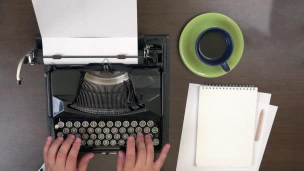 Obchodní muž rukou psát na vinobraní psací stroj, si šálek kávy
