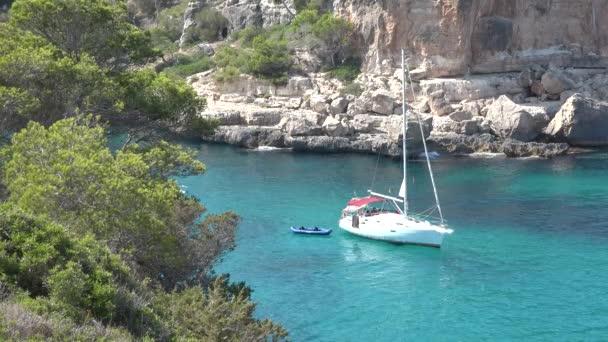 Bílá loď plovoucí v krásné laguny