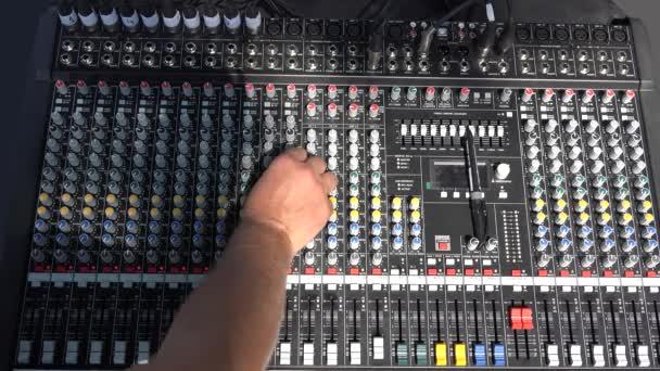 DJ kézzel beállítja a mixer hang