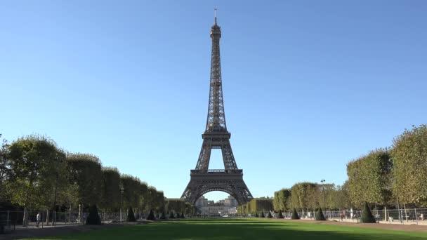 Eiffelova věž a zelená alej, klidné modré nebe, krásné romantické francouzský den