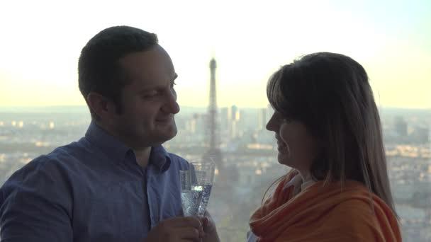 Romantická oslava, muž a žena s skleničky na šampaňské, Eiffelova věž v pozadí