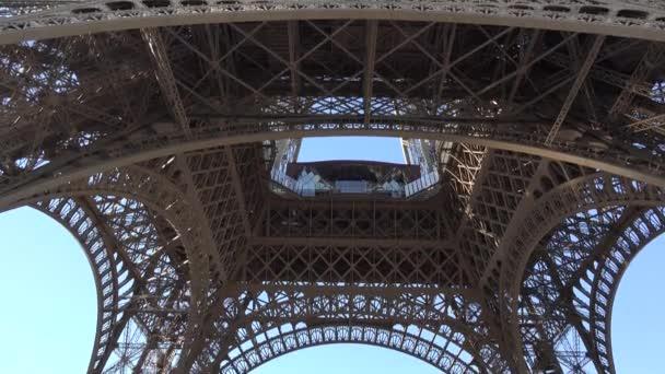 Eiffelova věž a modré klidné obloha, hledá do Paříže slavné umění struktury