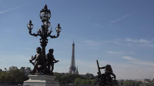 Krásné sochy a Eiffelova věž v pozadí, umělecké památky mys, Alexandre Iii most, Paříž