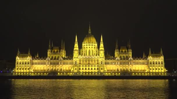 Éjszakai kilátás magyar Parlament tükröződik a Duna, Budapest