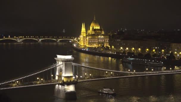 Magyar Országgyűlés és a Sz?? chenyi Lánchíd-Budapest a Duna felett