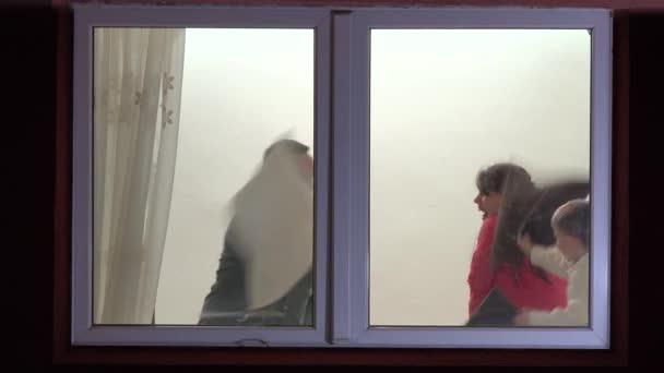 Šťastná rodina bavit krytý, usměvavý, smích, okno zobrazení