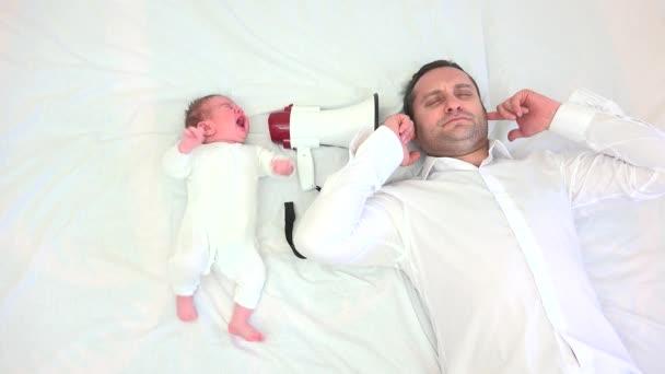 Dětský pláč na megafon, otec pokrývající uši, koncepční, rodinné reality běh, zábavný odpočinek